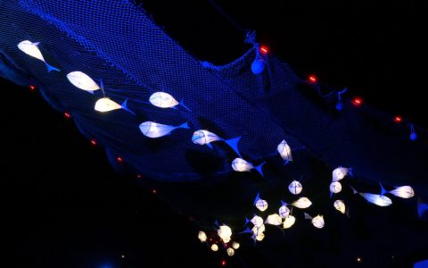 greenpeace-glastonbury-festival-2015-fish-lanterns-trawler-net-oculux-lighting
